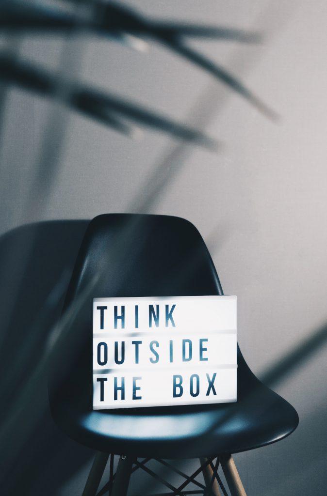 placa de think outside the box sobre cadeira, representando soft skills