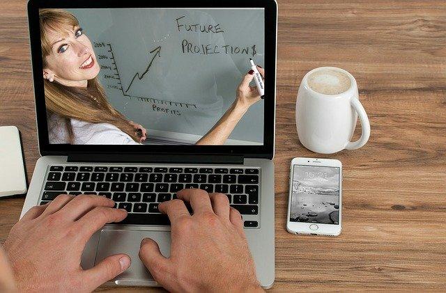 Exemplo de aula online. Aulas online ajudam os alunos que estudam através da internet, ilustrando educação.