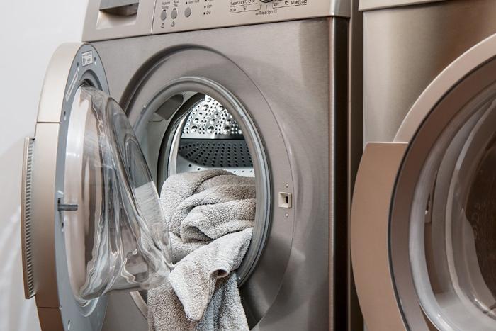 Área de lavanderia com equipamentos modernos que facilitam as tarefas domésticas. decoracao-tendencias-de-design-de-interiores