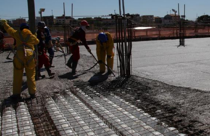 concreto sendo aplicado em laje em produção