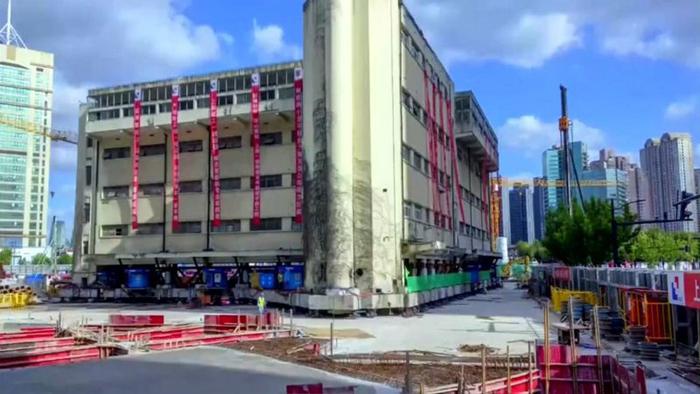 Escola primária antiga de Xangai em movimento via pernas robóticas