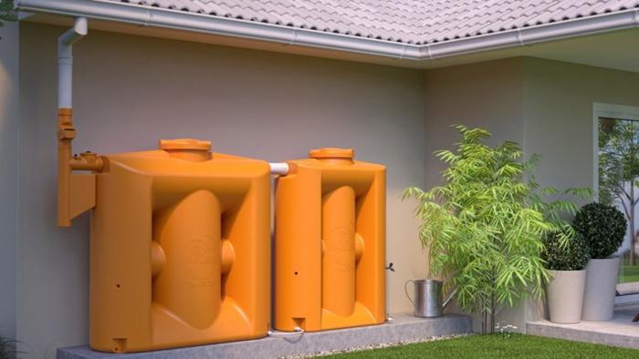cisterna vertical laranja instalad aem residência
