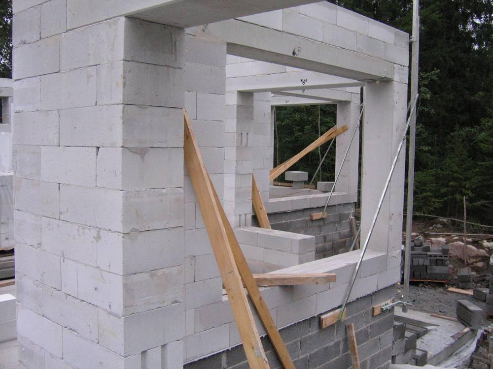 obra em construção com concreto celular