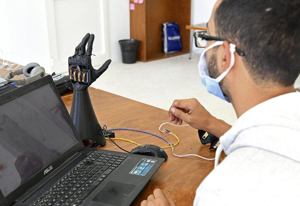 cure bionics mão biônica sobre mesa
