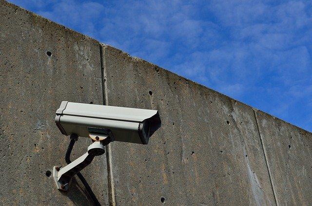 câmera fazendo monitoramento de presídio