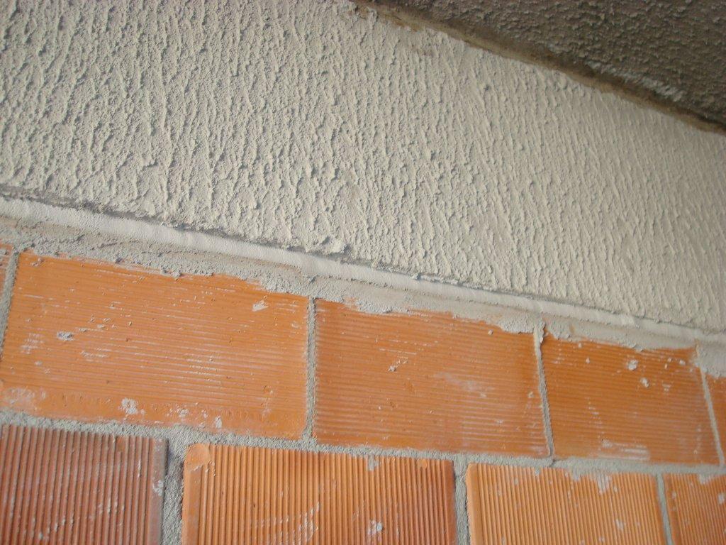 imagem de encunhamento em obra, parede com tijolos