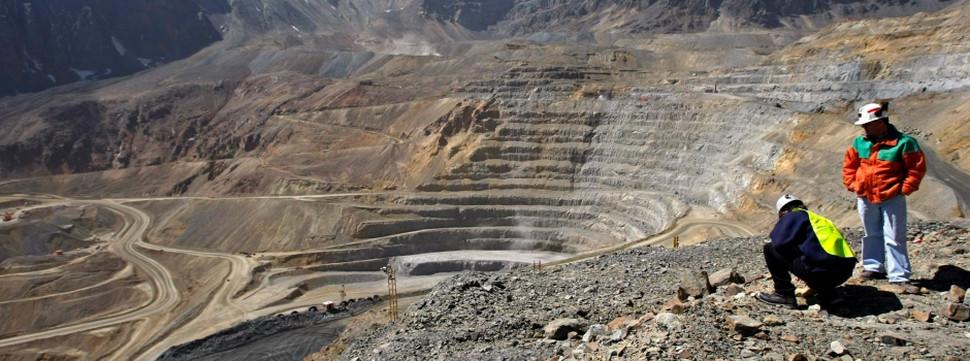 Vista de pedreira com escavações de rocha e solo.