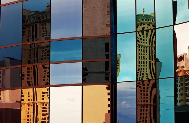 vidro em janela de edifício representando arquitetura