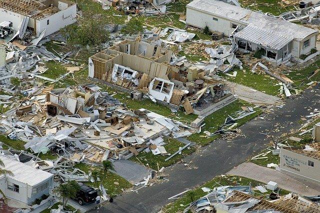 rastro de destruição deixados por ciclones em áreas, casas destruídas