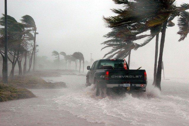 caminhonete andando no meio de tempestade