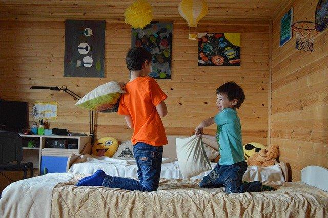 imagem ilustrativa de crianças brincando em dormitório infantil