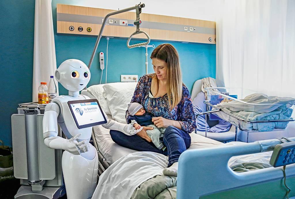 mulher em hospital segurando recém nascido ao lado de médicos-robôs
