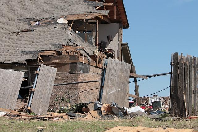 casa destruída por passagem de ciclone