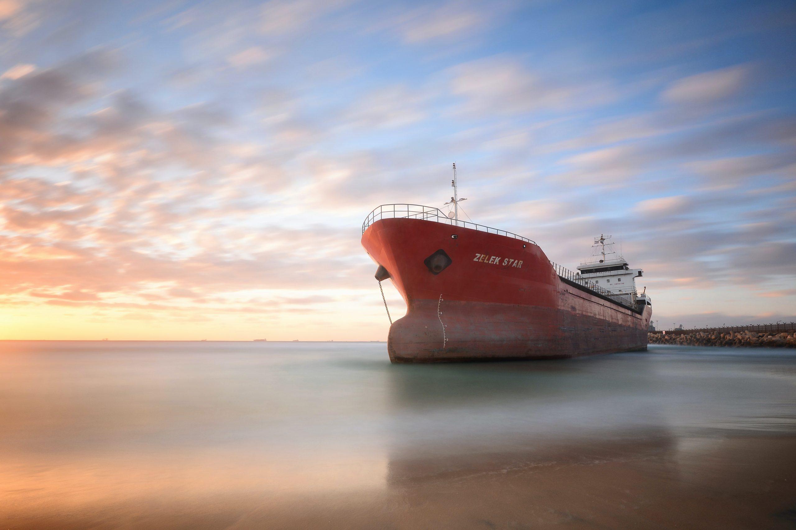 navio na costa representando os abastecidos com combustíveis marítimos