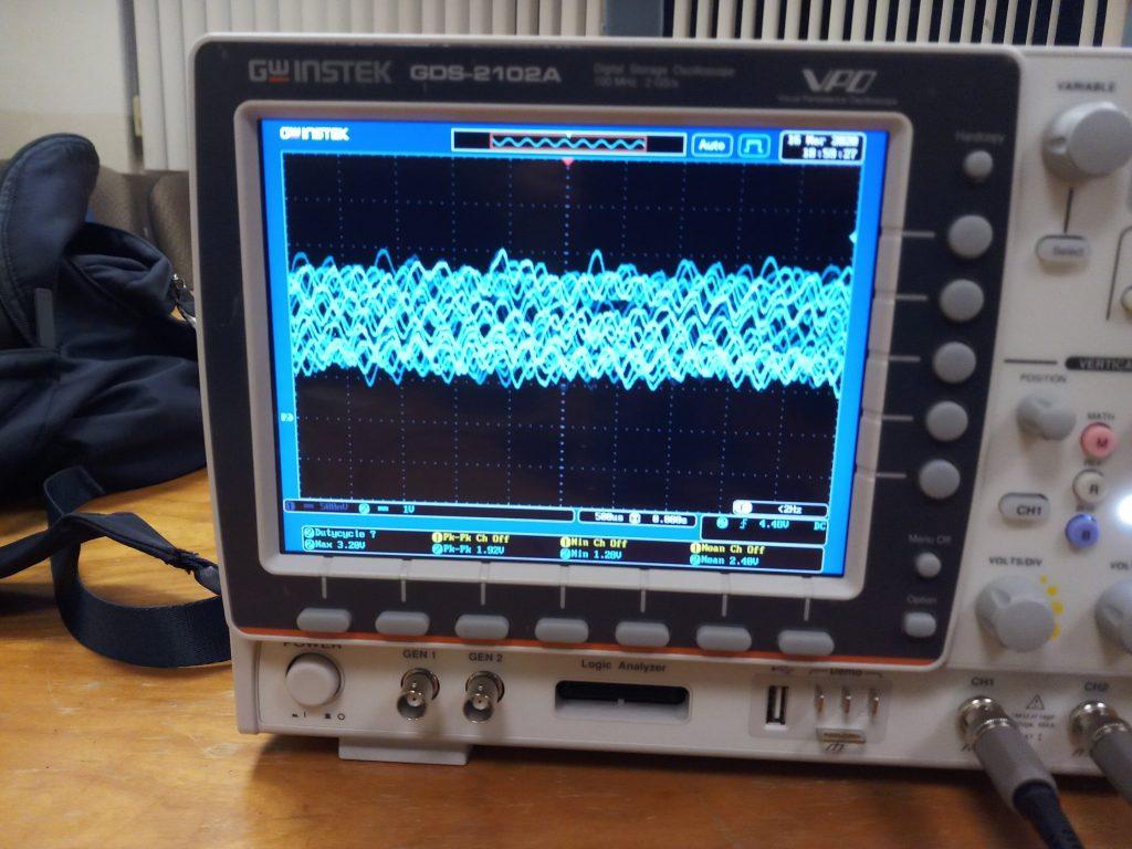 teste com robô aspirador gravando voz, tela com imagem de ondas sonoras