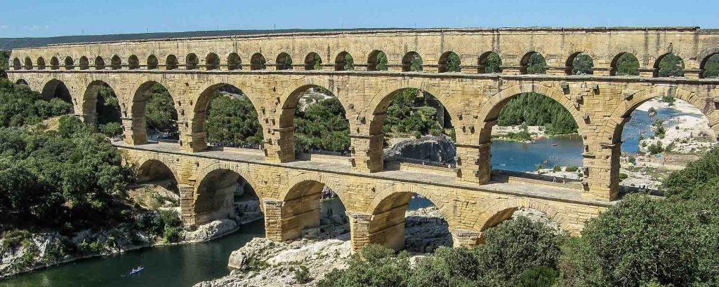 Pont du Gard, aqueduto romano construído por meio de arcos.