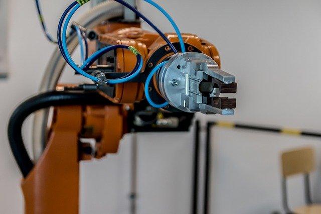 Robôs auxiliando na produção de materiais aplicados à Arquitetura e Engenharia.