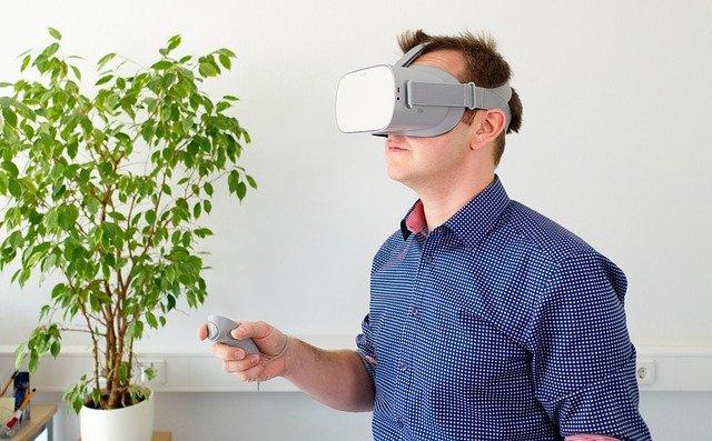 Tecnologia: homem usando óculos de realidade virtual