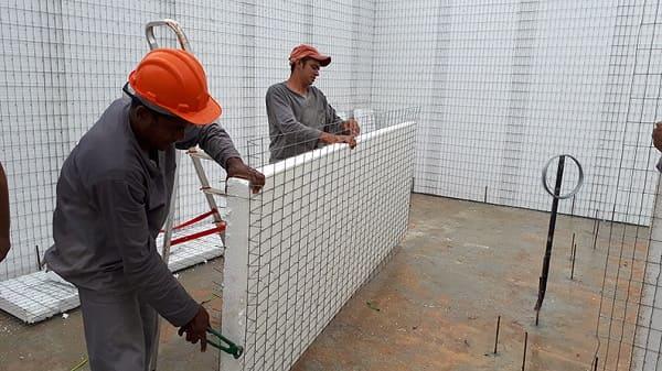 dois homens construindo Casa de Isopor