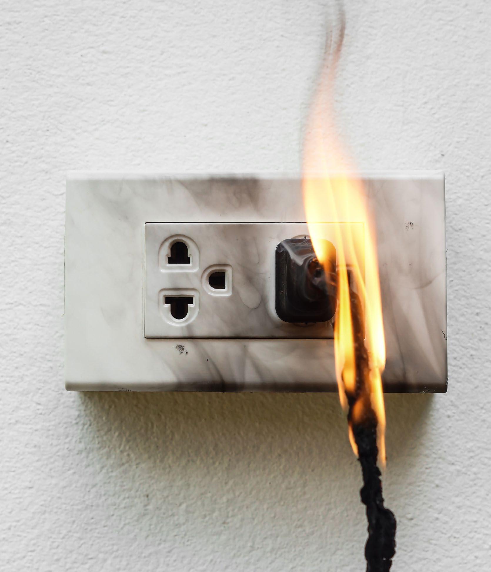 imagem de tomada pegando fogo