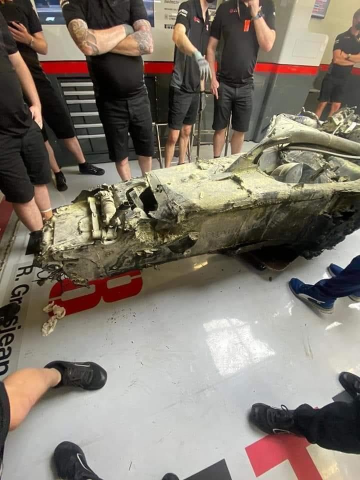 Carro de Grosjean após o acidente