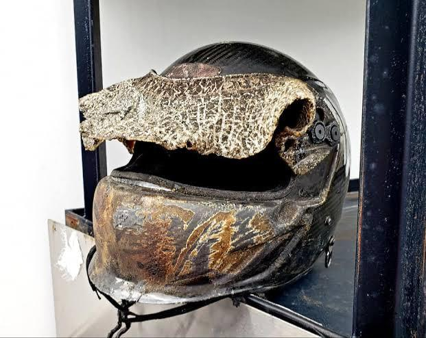 Capacete de Grosjean que derreteu por conta do fogo
