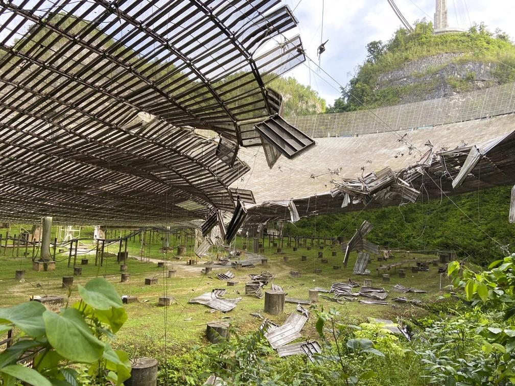 Imagem de 11 de agosto mostra os danos causados por cabo rompido. Foto: Observatório de Arecibo via AP