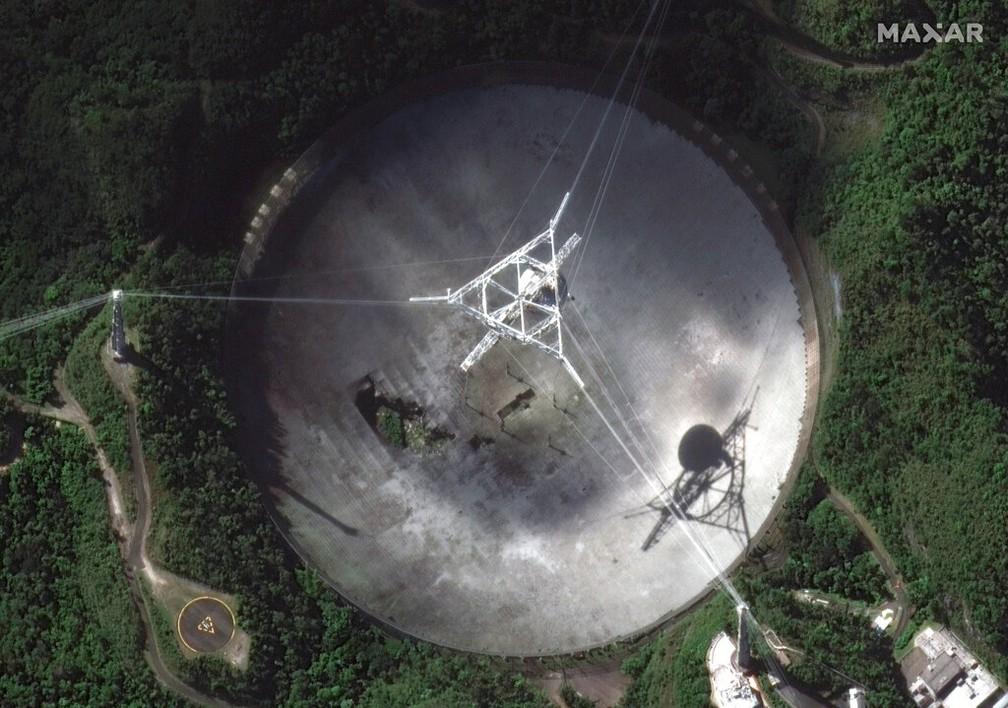 Imagem mostra o radiotelescópio danificado no Observatório de Arecibo, em Porto Rico, no dia 17 de novembro de 2020