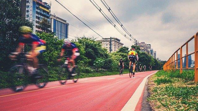 ciclistas em pista de ciclismo em cidade brasileira, ilustrando urbanismo