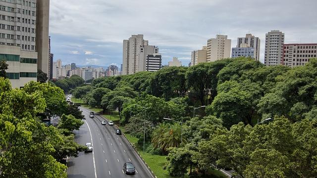 imagem ilustrativa de via de cidade brasileira