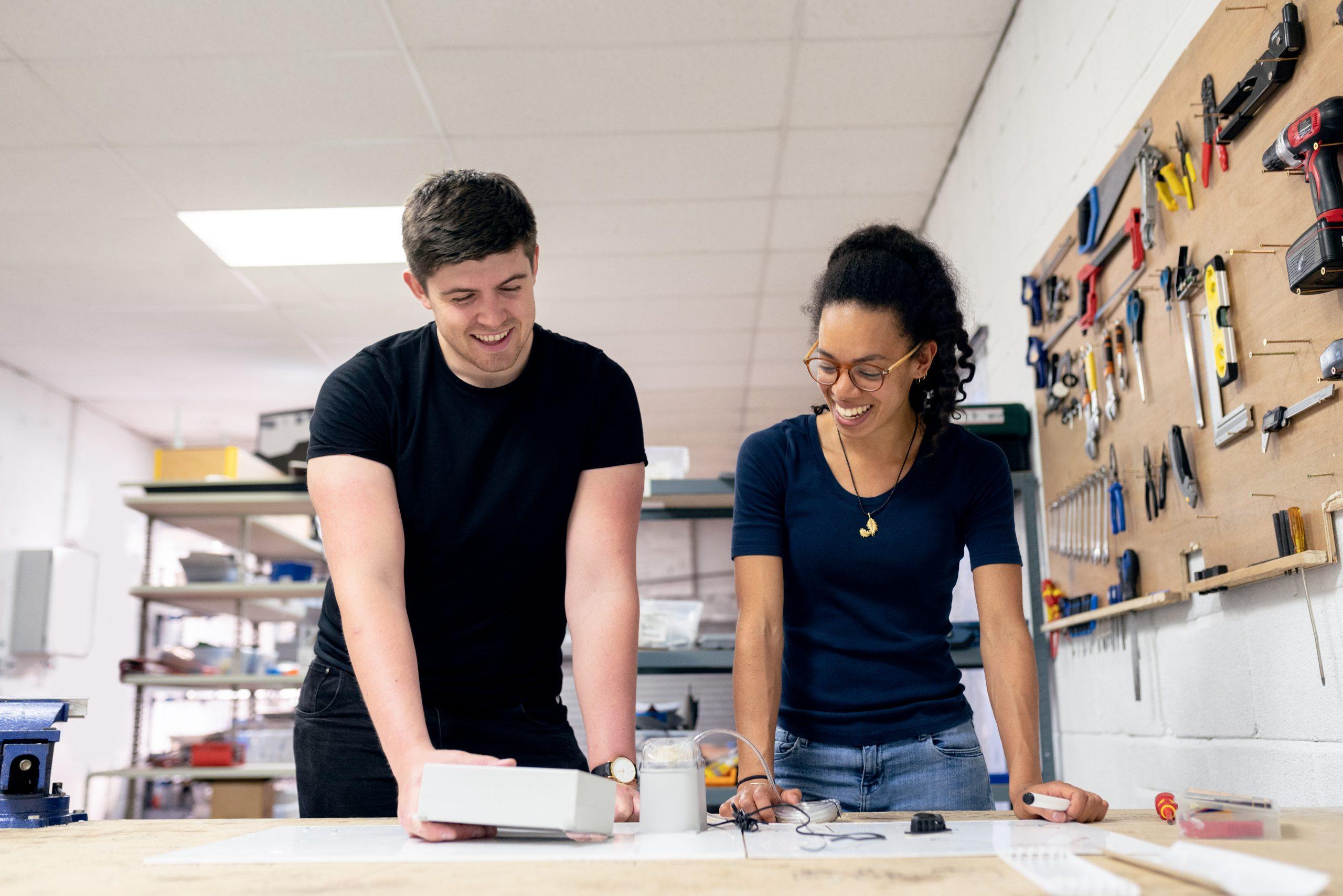 homem e mulher trabalhando em bancada, ilustrando salários da engenharia