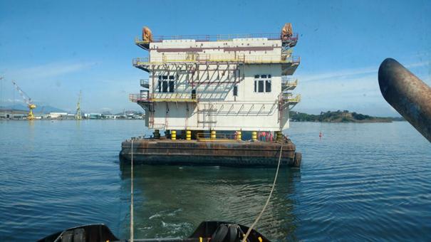 Transporte marítimo através de reboque da balsa