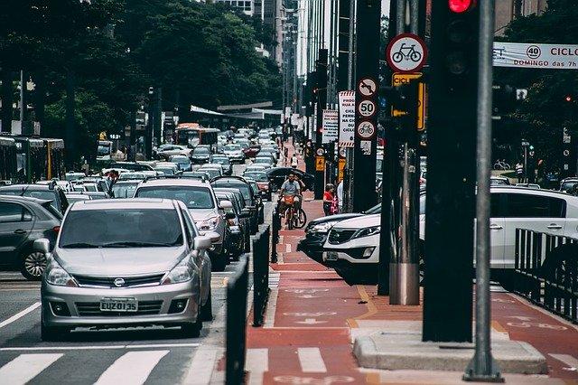 Urbanismo representado por tráfego intenso em cidade brasileira
