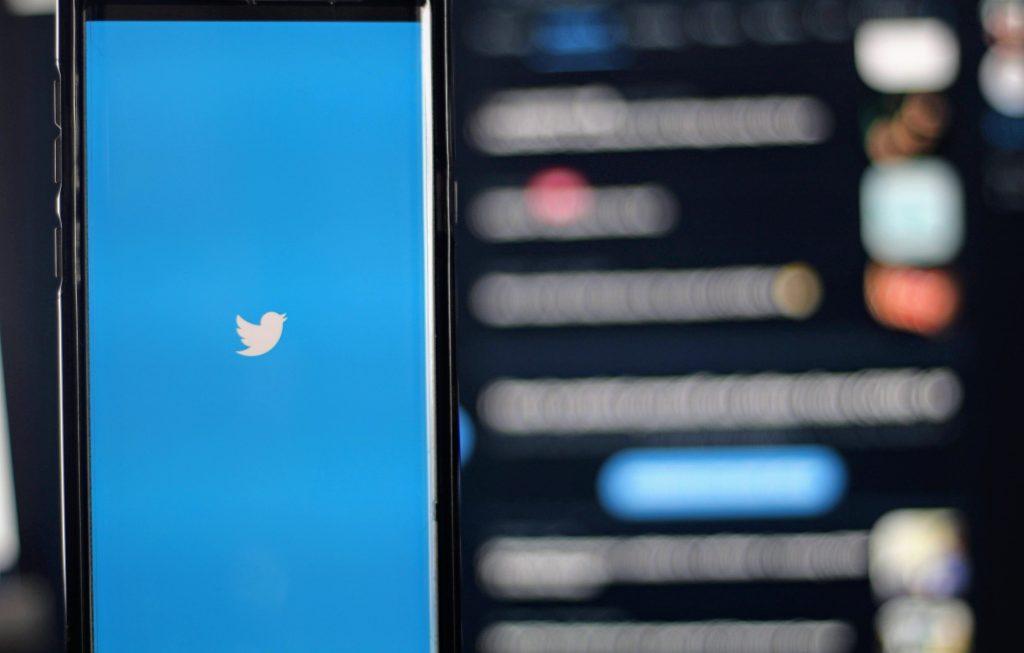 imagem ilustrativa de celular com aplicativo do twitter