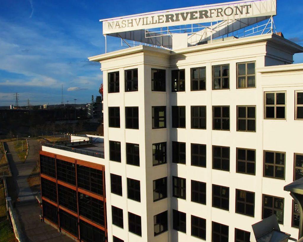 Bridge Building, com placa de Nashville river front