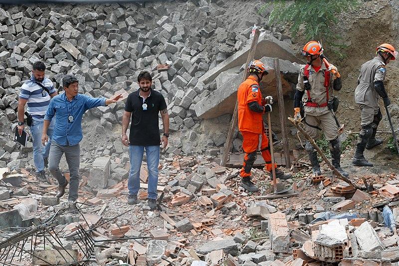 homens fazendo perícia em Construção Civil após desabamento