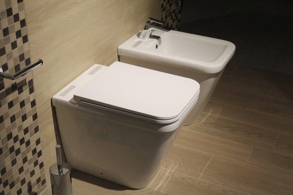 imagem de bidê ao lado de vaso sanitário