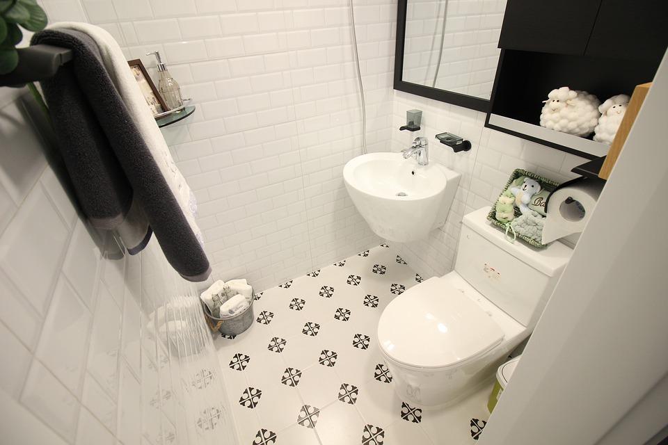Instalações hidráulicas de ducha higiênica em banheiro