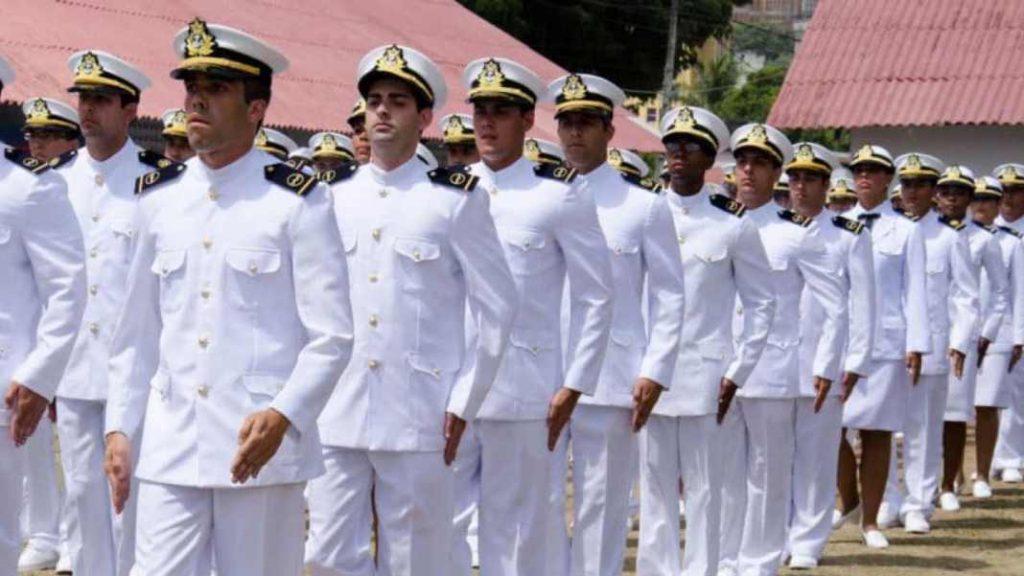 oficiais da marinha representando engenharia de produção