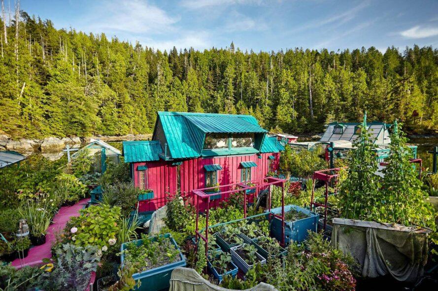 foto panorâmica da casa que e colorida, ao lado dos jardins
