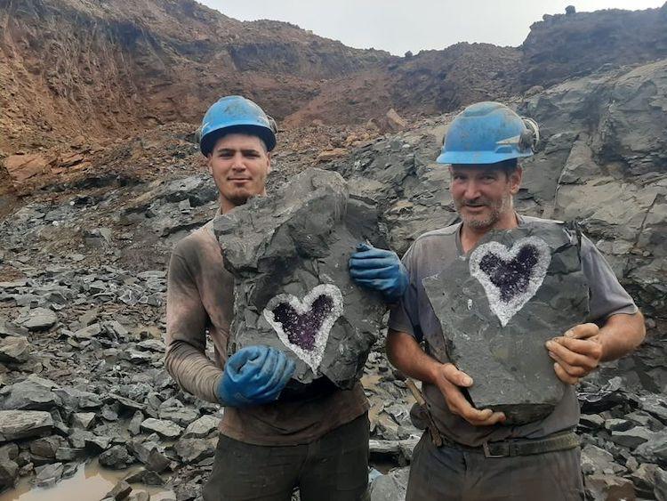 dois mineiros segurando a ametista em forma de coração no Uruguai
