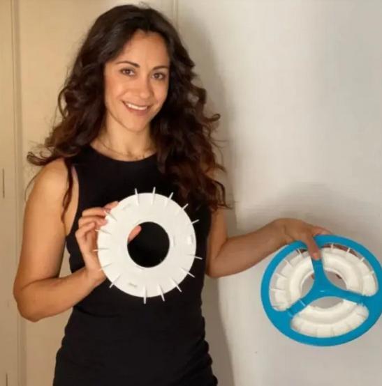 Kristen Tapping mostrando as rodas da bicicleta que filtram poluição