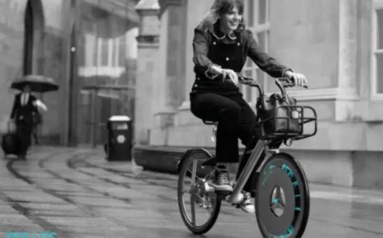 mulher pedalando bicicleta com filtro nas rodas pelas ruas