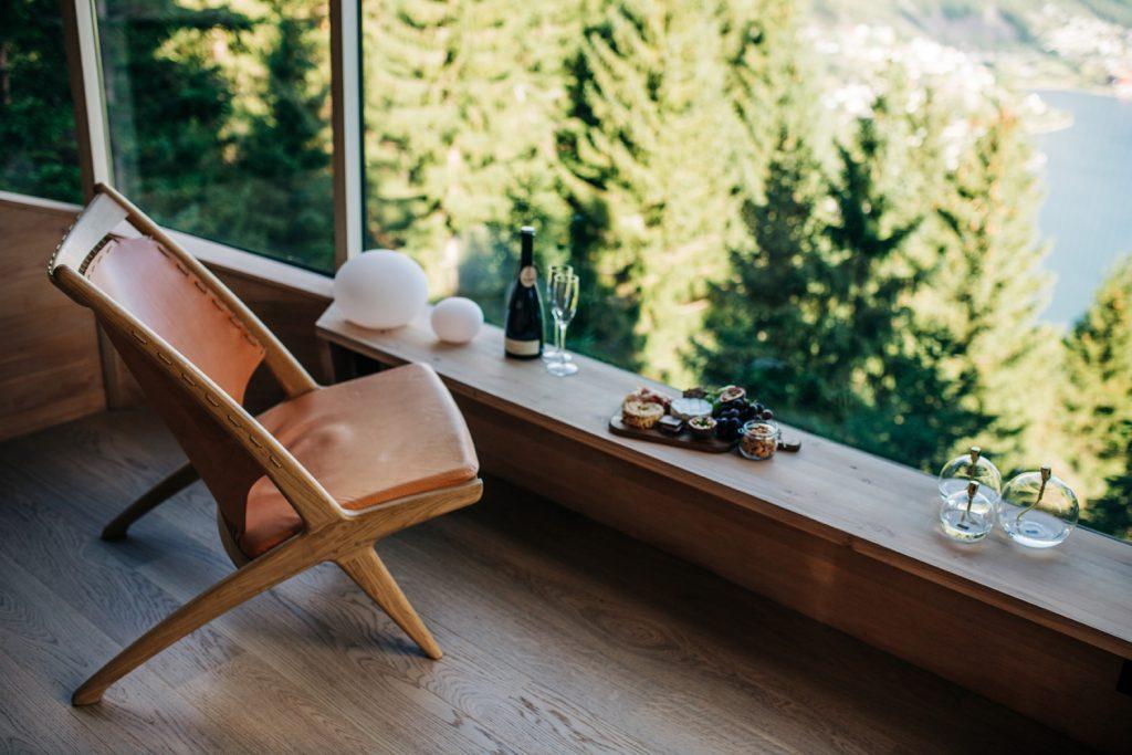varanda com cadeira e vista para pinheiros