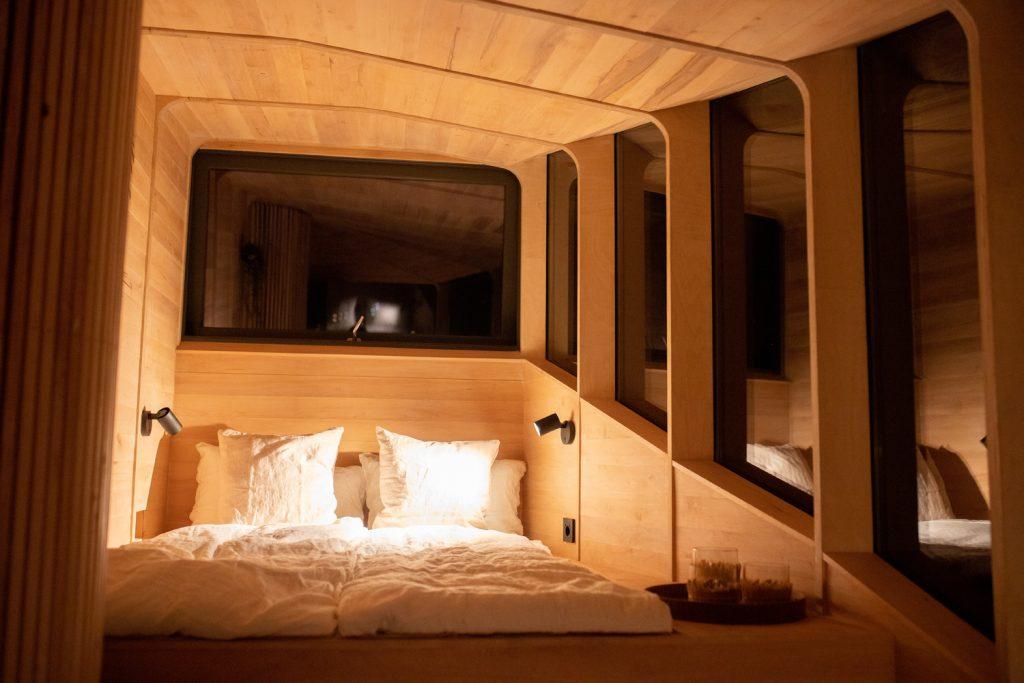 cama dentro de cabine na casa da árvore