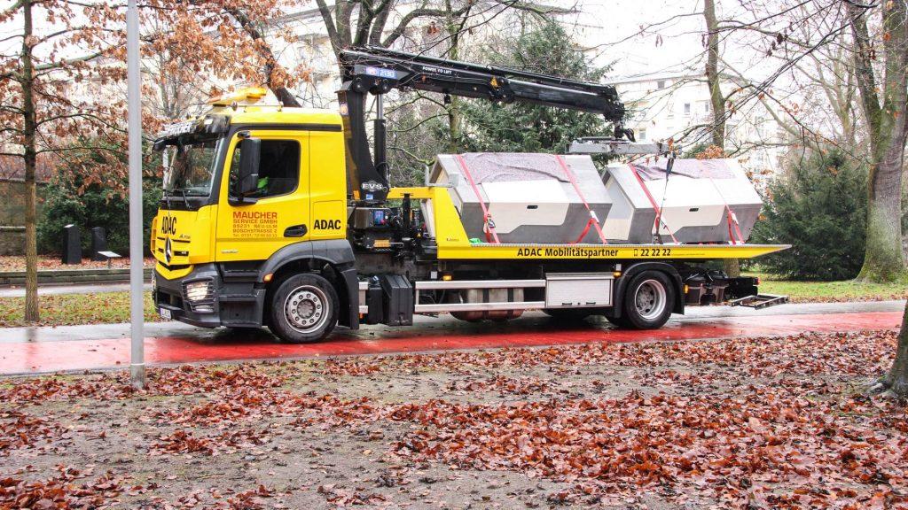caminhão transportando cápsulas com isolamento térmico para desabrigados passarem a noite