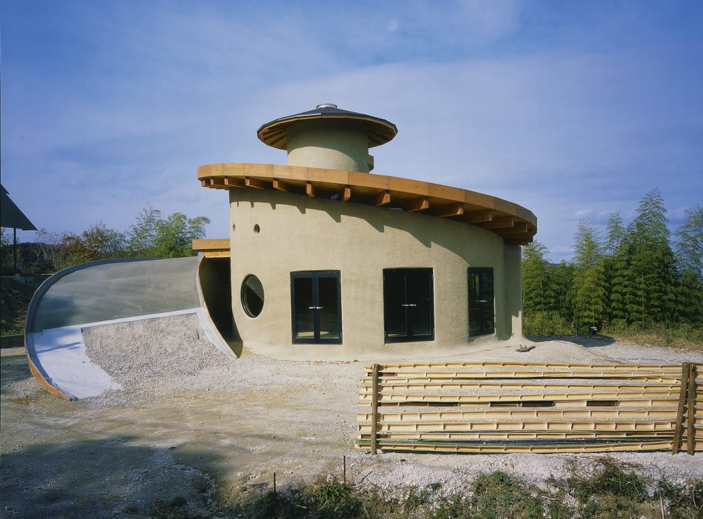 casa em espiral com telhado verde imagem durante a construção