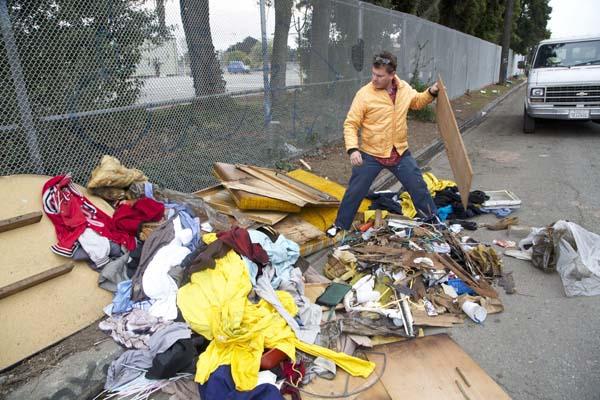 Gregory Kloehn  recolhendo materiais no lixo para construir casas para sem-teto