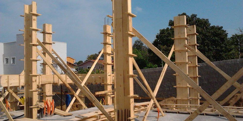 construção usando pilar de madeira