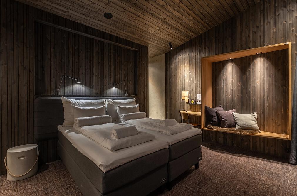 interior do quarto do hotel camuflado Øyna Cultural Landscape